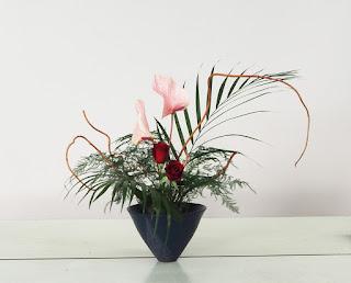 池坊自由花(バラ、アレカヤシ、アンスリウム、アスパラガス、キウイヅル)