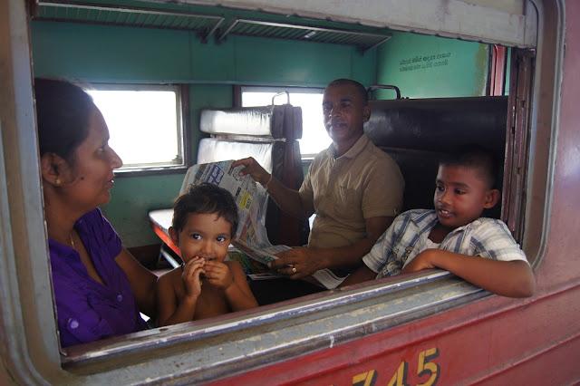 Stolze Singalesische Familie in der dritten Klasse.