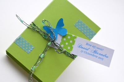 Marturii botez deosebite, cutie vernil cu bloc notite sau post-it decorata cu fluturi si fundita asortata