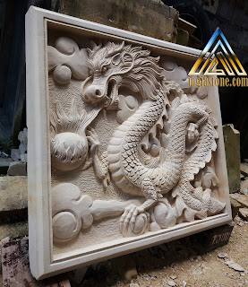 Gambar relief naga timbul dibuat dari batu putih