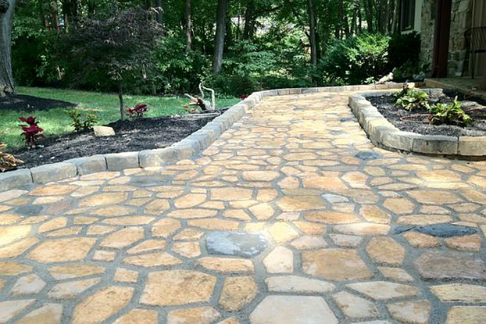 Diy construir un camino de cemento con forma de losas en for Camino de piedra jardin