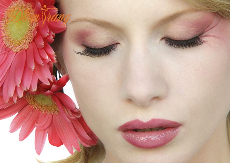 Phun môi pha lê có đau và ảnh hưởng gì tới sức khỏe không?