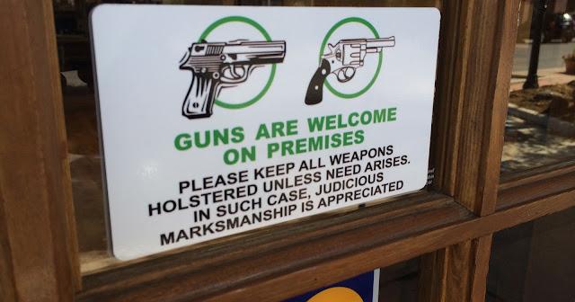 Las pistolas son bienvenidas en nuestras instalaciones. Por favor mantengan sus armas enfundadas a menos que surja una necesidad. En esos casos agradecemos su buena y sensata puntería
