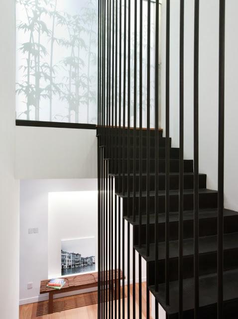 Desain interior ruko hitam putih, inspirasi tangga