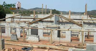 Detalhe do madeiramento com eucalipto tratado de demolição na construção rústica com a alvenaria de bloco de cimento com os pisos com cimento queimado e pisos com pedra São Tomé.