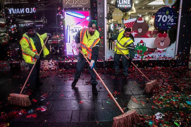 Працівники прибирають після новорічних свят Таймс-сквер.