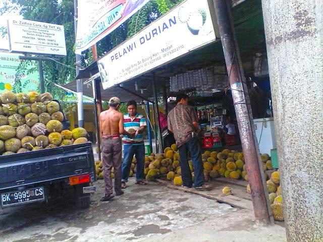 Pelawi Durian di persimpangan Jalan Sei Batang Hari dan Jalan Sunggal Medan, buka 24 jam