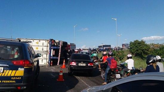 Motorista de carreta tomba no viaduto que liga a Av. Raul Barbosa