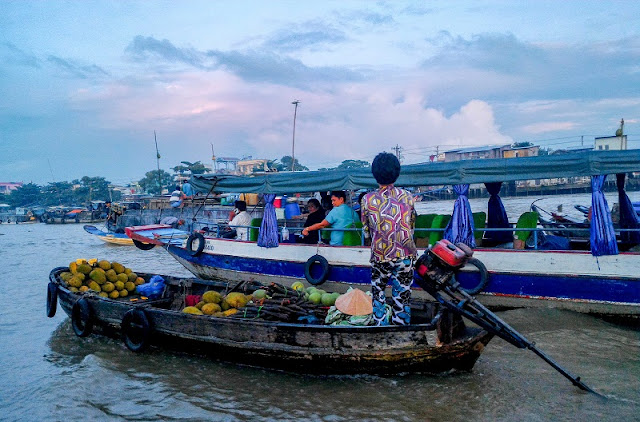 Bustling life of Cai Rang floating market 1