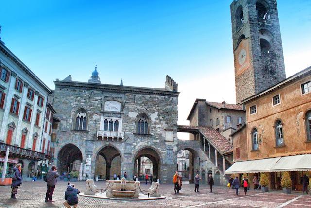 Piazza Vecchia - Vedere spre Palazzo della Ragione si Turnul Civic - blog FOTO-IDEEA