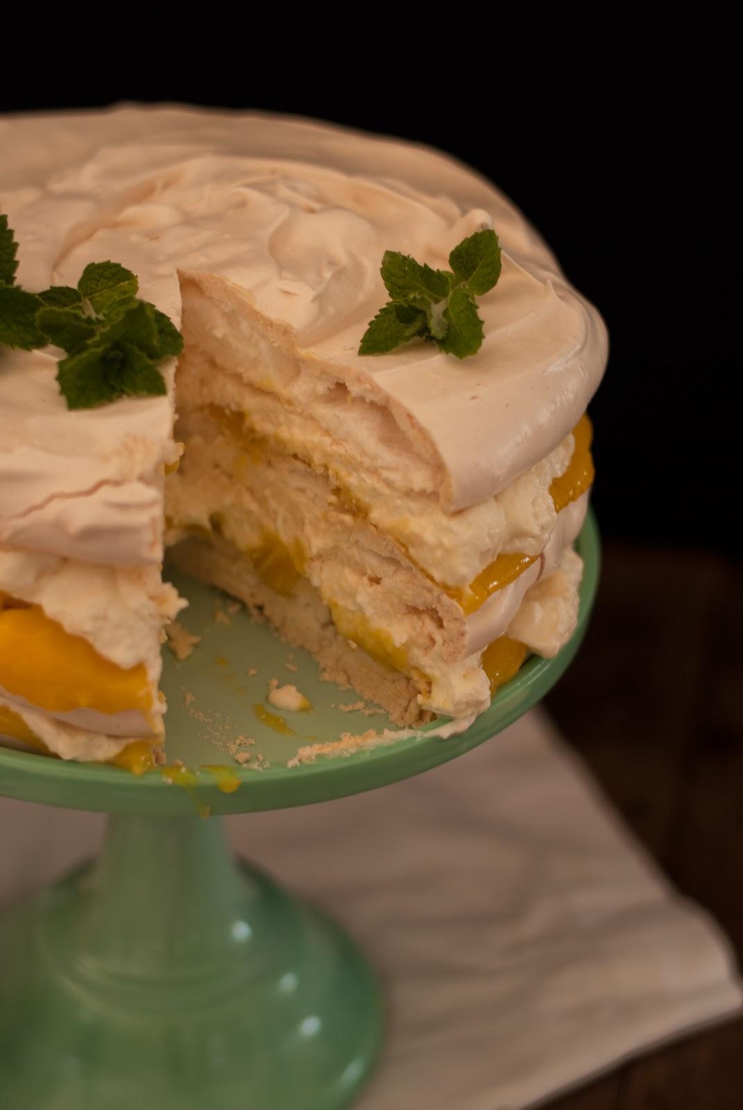 Cytrynowy tort bezowy z miętą