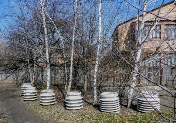Славянск. Невостребованная продукция АИЗа – ландшафтный декор