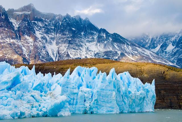 Ngoài ra, bằng một chuyến đi ngắn qua biên giới Argentina, khách du lịch Chile có thể chứng kiến một trong số ít những con sông băng lớn trên thế giới: Perito Moreno Glacier. Sông băng này rộng 5 km và dài 30 km, sâu 73m với bề mặt tuyệt đẹp, sẽ mang lại cho bạn khung cảnh ngoạn mục không thể quên trong chuyến du lịch Chile của mình.