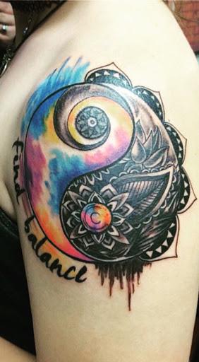 Um edgy olhando Yin Yang tatuagem. Cheio de cores e negrito imagens, esta tatuagem é certamente um dos stand out.