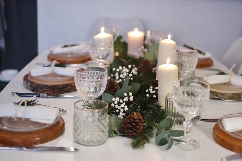 centre de table, rondin de bois, assiette en verre maisons du monde, serviette blanche et branche de sapin