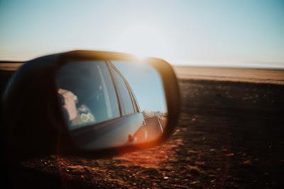 Retrovisor de una camper en un viaje por carretera