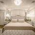 Quarto de casal branco e dourado com estilo clássico e lareira ecológica!