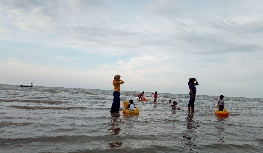 Bermain di air pantai karang jahe beach Rembang, Jawa Tengah.
