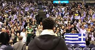 Ο Αντετοκούνμπο τραγούδησε δυνατά τον εθνικό ύμνο μαζί με εκατοντάδες Έλληνες