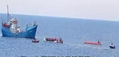 Fluechtlingshilfsschiff-Iuventa-nimmt-Fluechtlinge-an-Bord-2.jpg