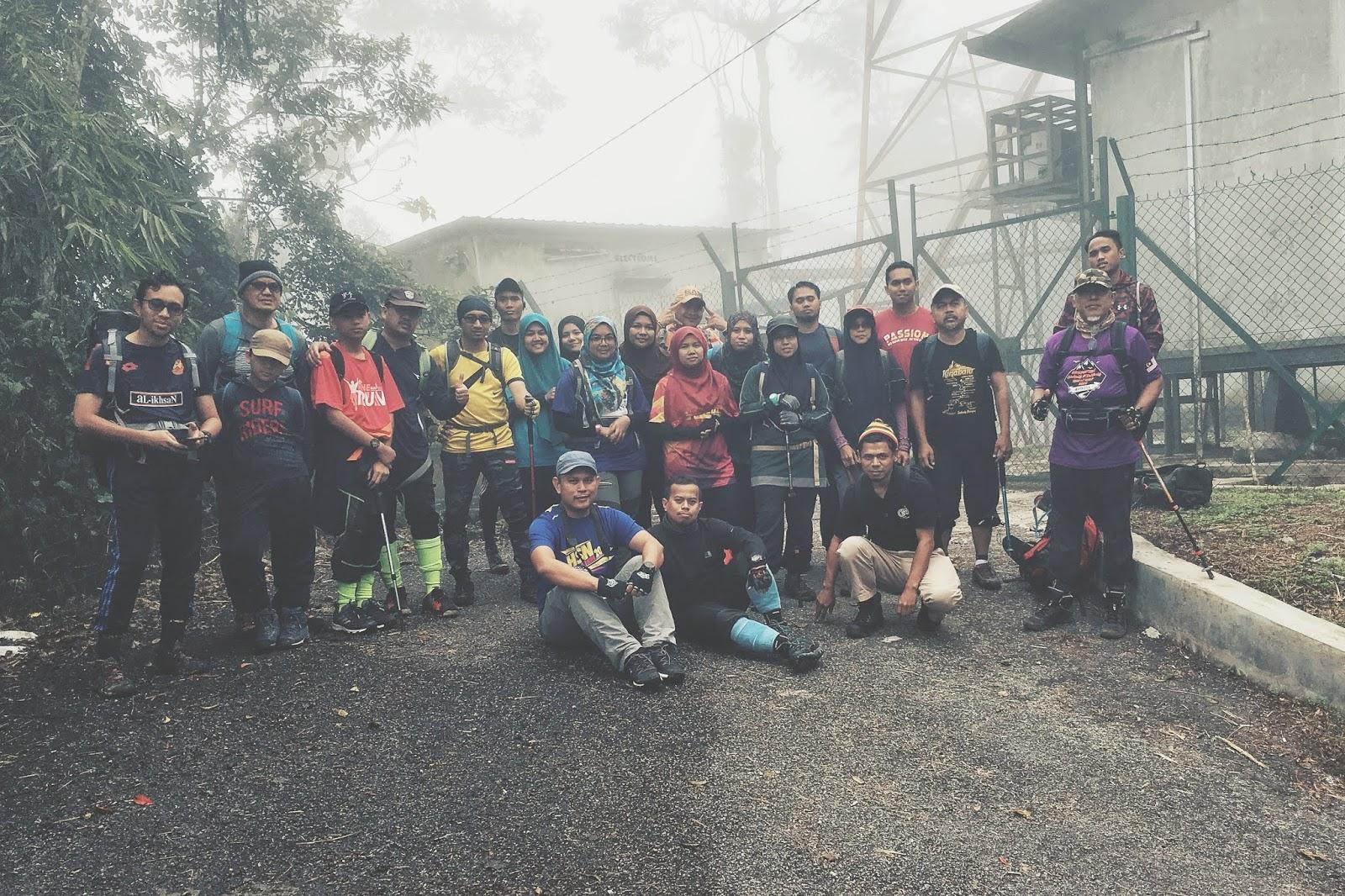 Bergambar di tapak permulaan Gunung Telapak Buruk