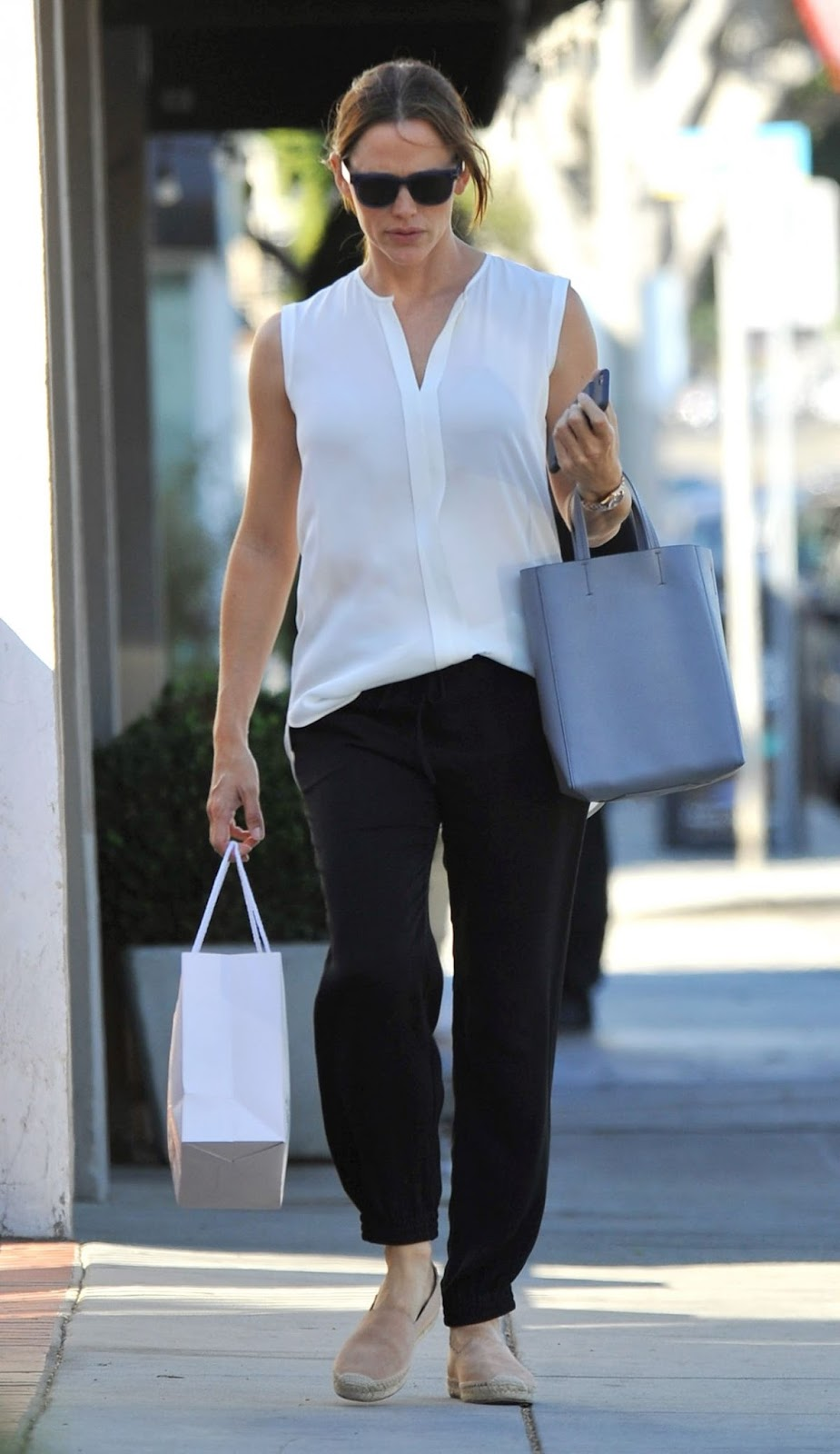 HQ Photos of Jennifer Garner Out Shopping In Los Angeles