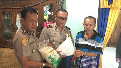 Wakapolres Musi Rawas Bersama Kabag Sumda Dan Tim Kesehatan Dokkes Besuk Anggota Polsek Tugumulyo Yang Sedang Sakit