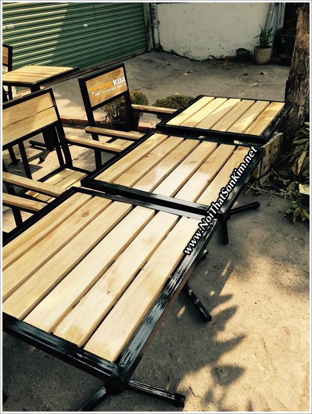 Mẫu bàn cafe gỗ khung chân sắt - ghế lưng tựa tại Cafe Phố Bình Thạnh