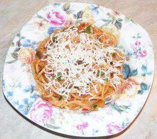 paste cu peste in sos tomat cu usturoi si parmezan preparate la tigaie, peste, paste, spaghete, retete, retete culinare, spaghete cu peste, paste cu peste reteta, retete de mancare, retete de peste, retete de paste, retete cu paste, paste cu branza, paste cu sos, preparate din peste, preparate din paste, spaghete italiene, mancaruri cu paste, mancaruri cu peste, retete traditionale din bucataria italiana, mancare sanatoasa,