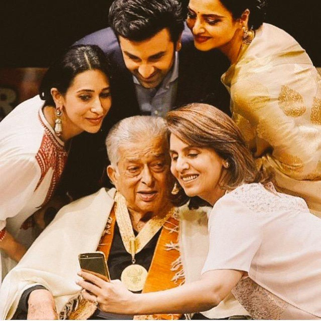 selfie of theda y , ranbir kapoor , rekha , neetu singh , shashi kapoor , karishma kapoor , delhi ,  pico fd ay ,  bollywood movies , all love , likes , like4like , follow , hot , by ,  my , delhi , pico t theda y , tagsforlikes ,  punjabi wedding , s4s , f4f ,  gorgeous ,  likeforlike , like able , lifestyle , bollywood , act er , g m , smile , my ,edit, Sisters Kareena Kapoor Karishma Kapoor Latest Hot Pics