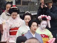 お姐さんに連れられて八坂さんに舞妓さんが入った。