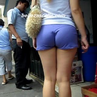 hermosa nalgona shorts entallados caminando