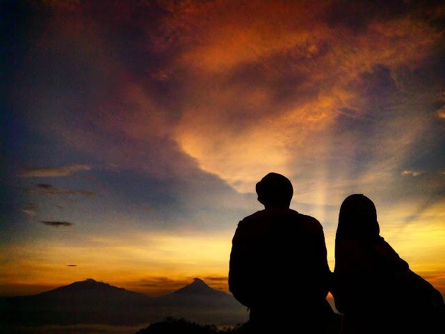foto romantis di puncak suroloyo