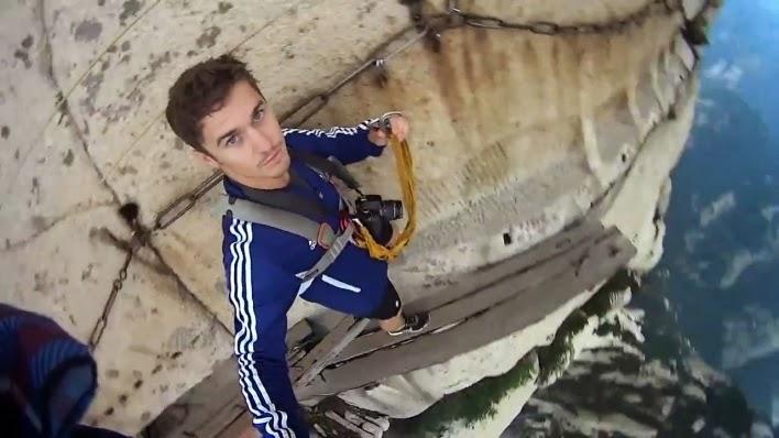 7.Selfie di Tebing Hua Shan Plank Tempat Extreme