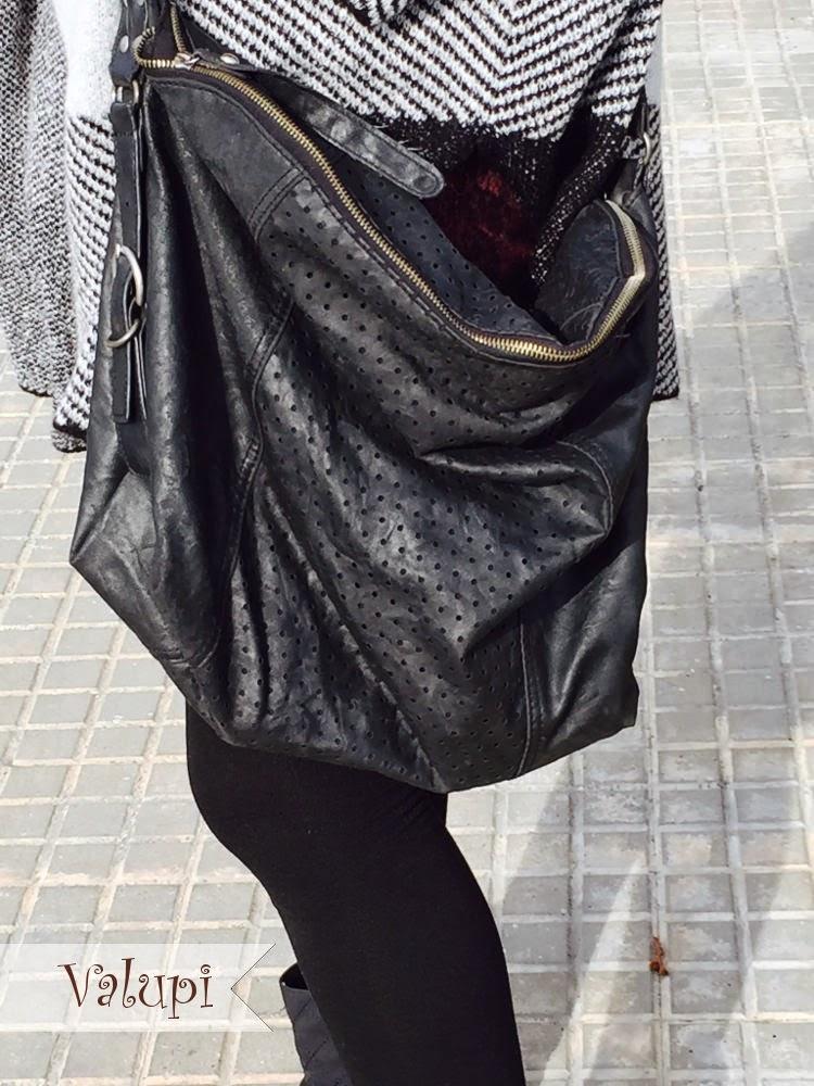 Hemos utilizado un bolso negro estilo bandolera de lo más cómodo para el  día a día. d7bd9bbd680