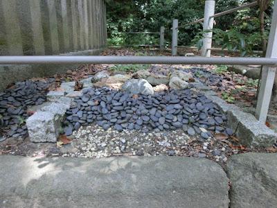 希義公の土と石