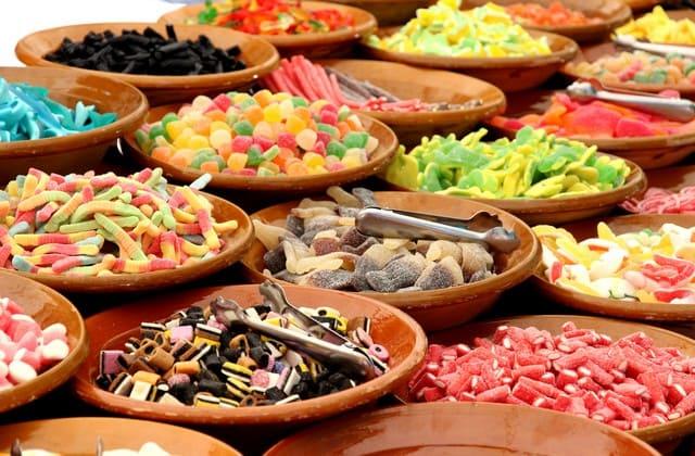 Semua makanan manis memang menggoda, tapi ingat bahwa makanan tersebut gampang banget bikin perut kamu semakin melar