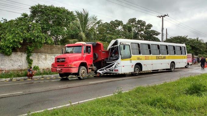 Acidente com ônibus universitário causa morte e feridos na CE-040, no Eusébio