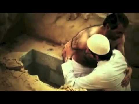 بالفيديو : شيخ اماراتى أراد ان يجرب ظلمة القبر ووحشته فطلب من اصدقاؤه ان يغسلوه ويدفنوه ثم يخرجوه من القبر بعد 20 دقيقة .. شاهد ماذا حدث