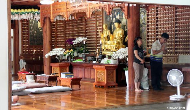 Altar budista en el templo Gilsangsa en Corea del Sur
