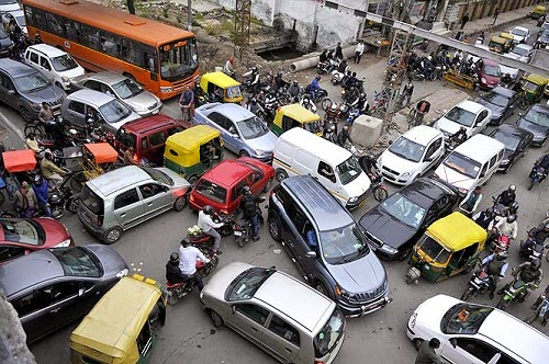 Gambar peribahasa bagai enau dalam belukar ditunjukkan oleh sikap berebut-rebut dalam kesesakan lalu lintas