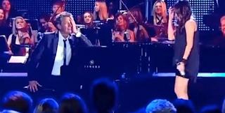 Η Νεαρή κοπέλα τραγουδάει σαν Άγγελος και Ο πιανίστας δεν μπορεί να ελέγξει τα συναισθήματά του