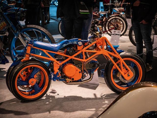 Este artilugio diabólico es la Ducati ZeroUno, de Gianni Pellegrino de Italia. Su diabolicismo se deriva del hecho de que todo está al revés; esta moto es manejada por la rueda delantera y dirigida por dos ruedas traseras a través de una serie de enlaces.