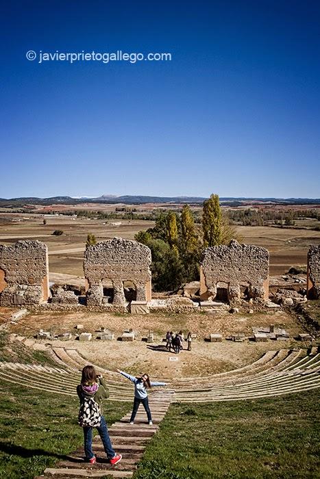 Estudiantes visitando el Teatro romano de Clunia, en el yacimiento arqueológico de Clunia. Ribera del Duero. Burgos. Castilla y León. España. © Javier Prieto Gallego