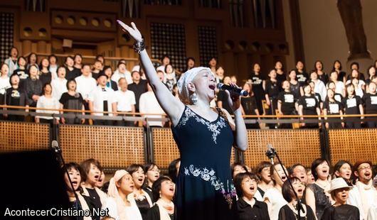 Cantante cristiana con cáncer terminal alabando a Dios