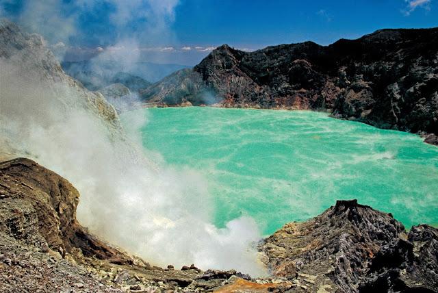 Kawah Gunung Berapi Yang Mengeluarkan Asap dan Larva Berwarna Biru