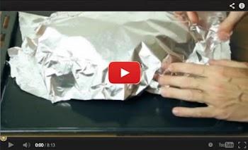 Τυλίγει ψωμί με αλουμινόχαρτο. Το αποτέλεσμα, εντυπωσιακό! (ΒΙΝΤΕΟ)