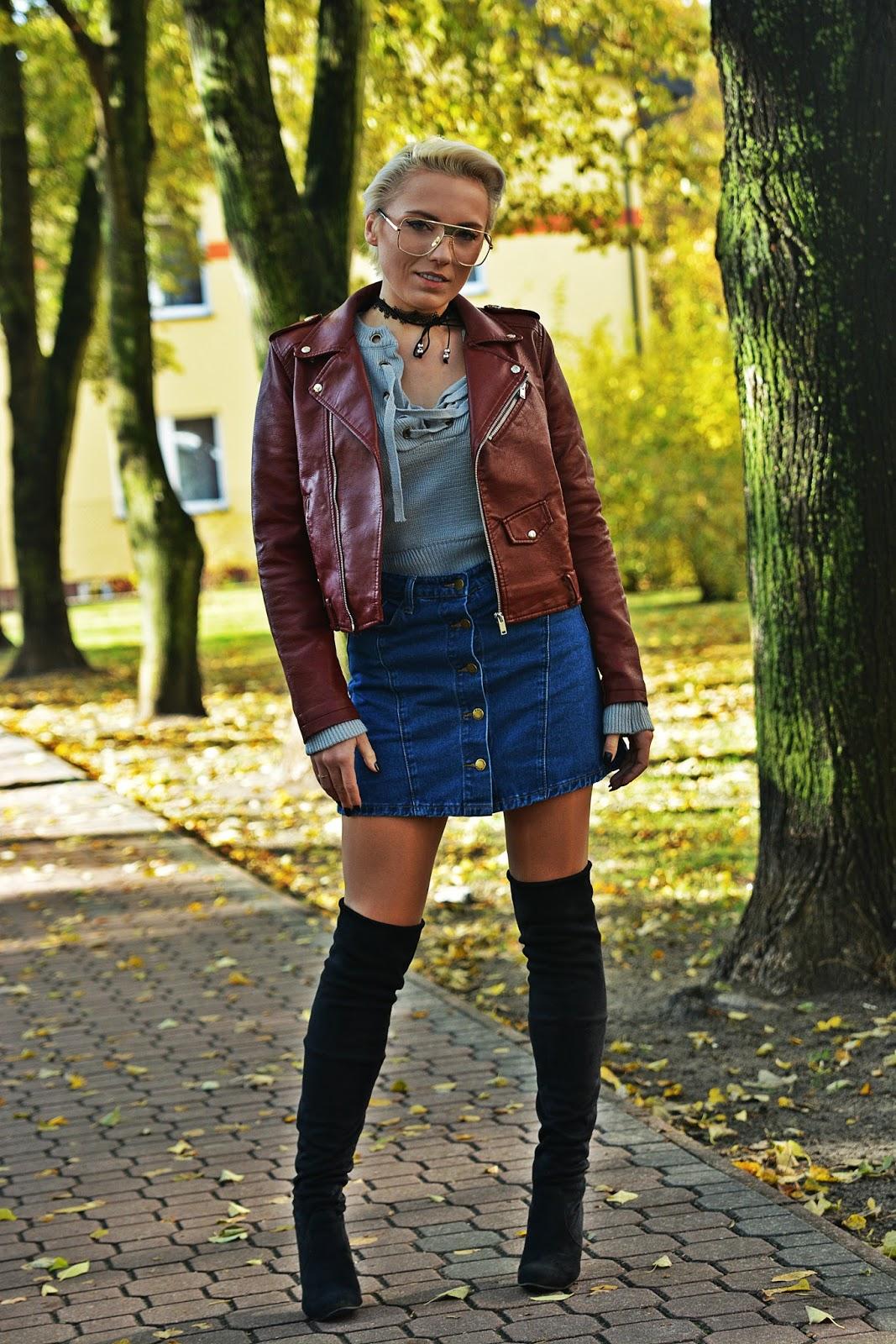szary_plaszcz_spodnica_jeans_guziki_bordowa_ramoneska_karyn789