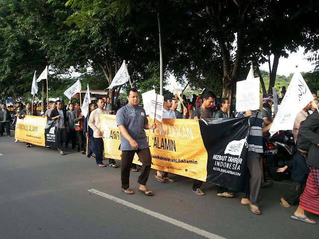 Seratus lebih aktivis Hizbut Tahrir Indonesia (HTI) Kota Banjarmasin, berjalan mengitari Sungai Martapura, untuk mengkampanyekan pentingnya penerapan Sistem Khilafah, dalam Pawai Islam Rahmatan Lil 'Alamin, Minggu pagi (10/4).