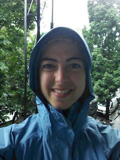 Coureuse souriante sous la pluie, imperméable